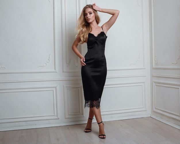 Bonita mulher loira de vestido preto lindo