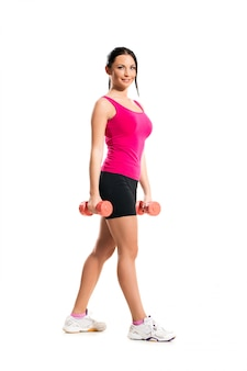 Bonita mulher morena durante exercícios de fitness