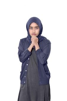Bonita mulher muçulmana asiática vestindo véu de pé