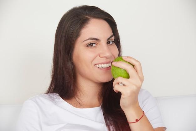 Bonita mulher segurando a maçã verde