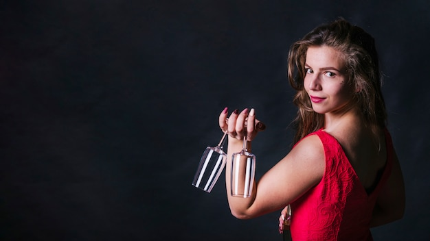 Bonita mulher segurando copos vazios