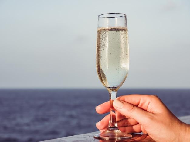 Bonita mulher segurando uma linda taça de champanhe