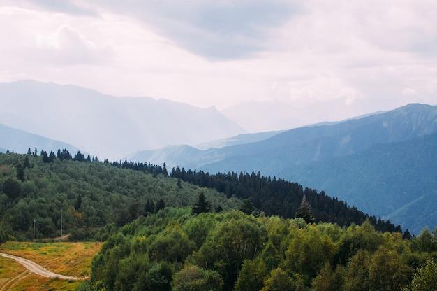 Bonita paisagem montanhosa