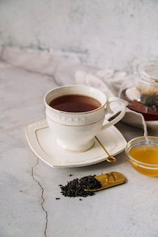 Bonita xícara branca de chá no fundo de mármore