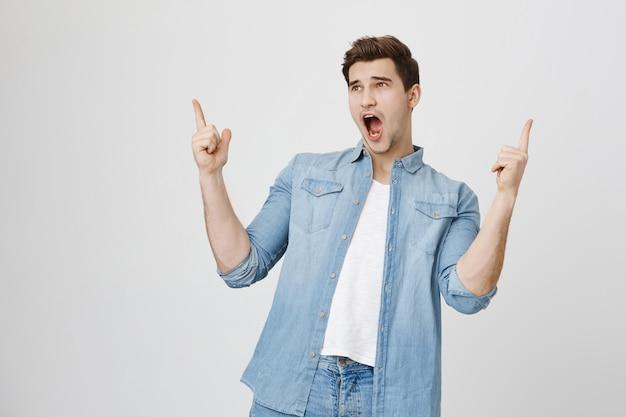 Bonitão animado apontando o dedo para cima, mostrando o anúncio