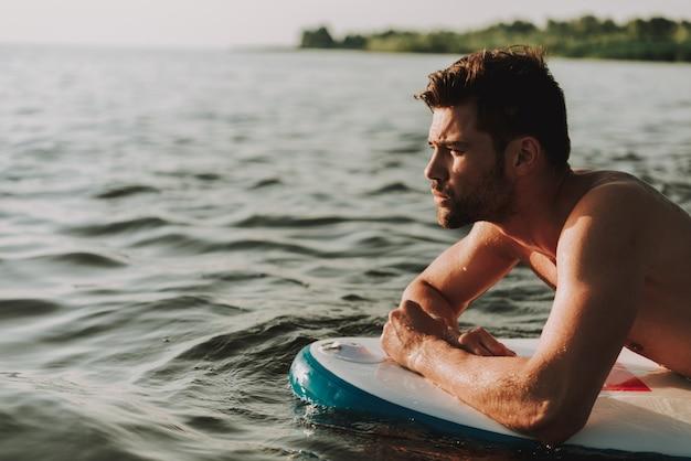 Bonitão é colocado no surf na água e nada