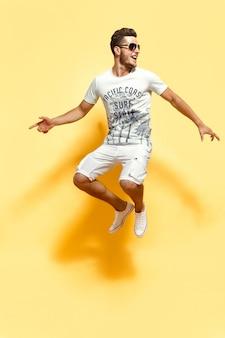 Bonitão, pulando, olhando para a câmera