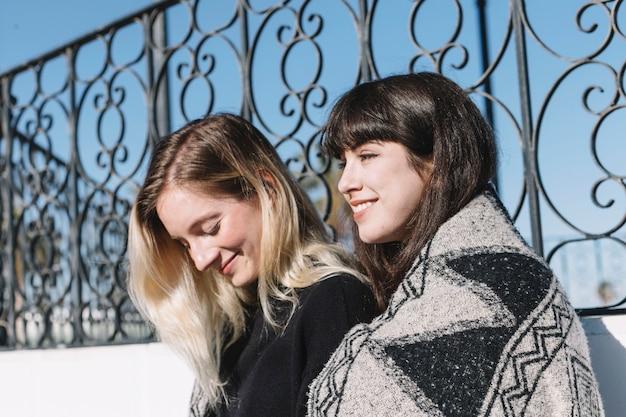 Bonitas namoradas em xadrez lá fora