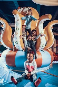 Bonitinho sorrindo crianças no moderno interior playground