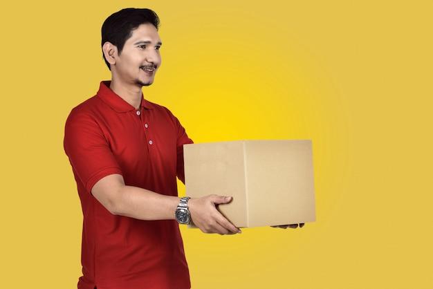 Bonito, asiático, entrega homem, dar, a, pacote