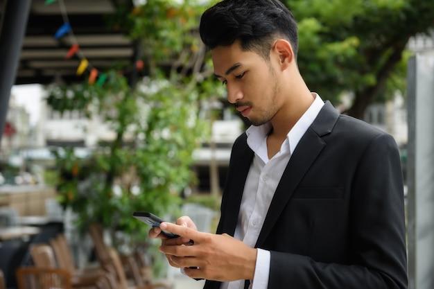 Bonito, asiático, homem negócios, com, smartphone