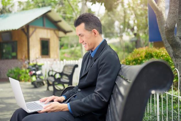 Bonito, asiático, homem negócios, trabalhando, com, laptop