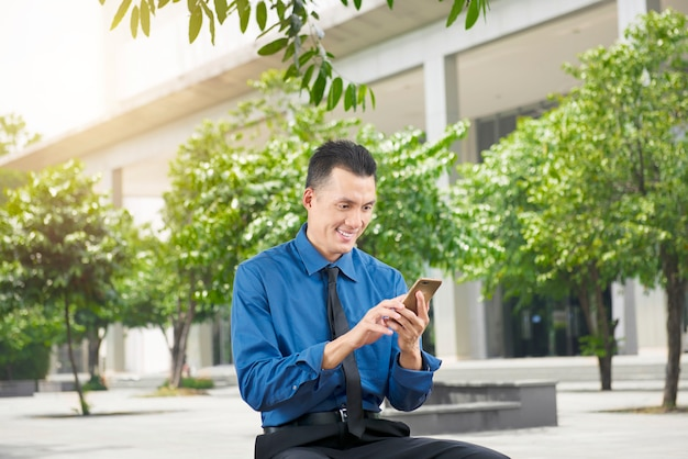 Bonito, asiático, homem negócios, usando, telefone móvel