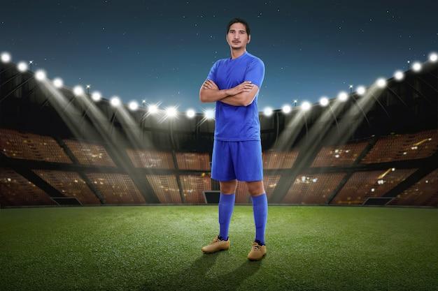 Bonito, asiático, jogador de futebol, com, jersey azul, ficar