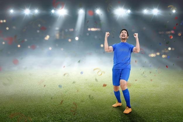 Bonito, asiático, jogador futebol, homem, feliz, celebração