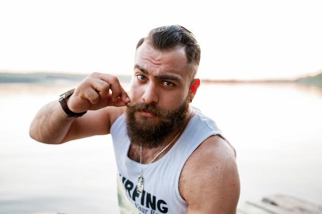 Bonito barba barba homem retrato jovem