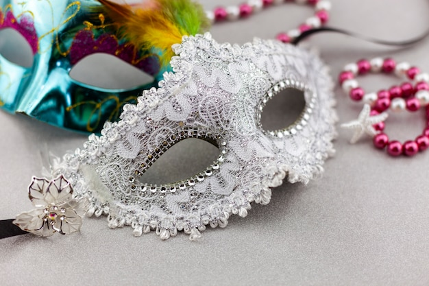 Bonito branco carnaval ou máscara de carnaval em fundo de papel colorido bonito