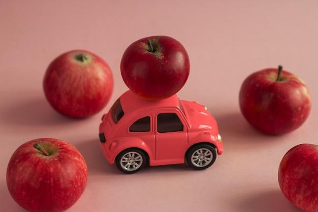 Bonito cartão de outono com carro andando com maçã vermelha no telhado