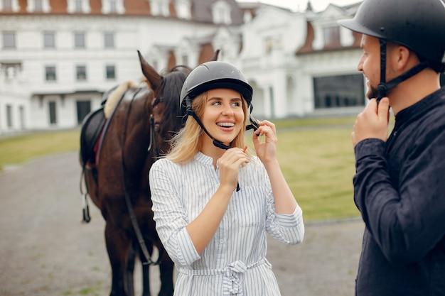 Bonito casal apaixonado com cavalo no rancho