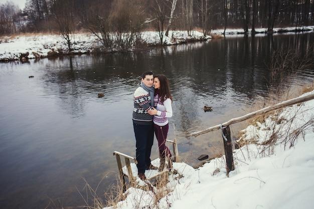 Bonito casal dançando em um parque de inverno