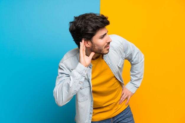Bonito, colorido, isolado, escutar, algo, pôr, mão, ligado, a, orelha