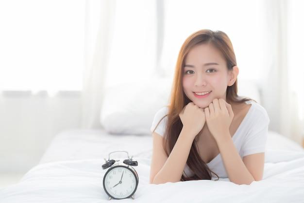 Bonito, de, retrato, mulher asian, acorde, em, manhã, e, despertador