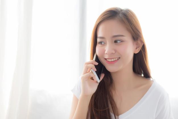 Bonito, de, retrato, mulher asian, falando, esperto, telefone móvel