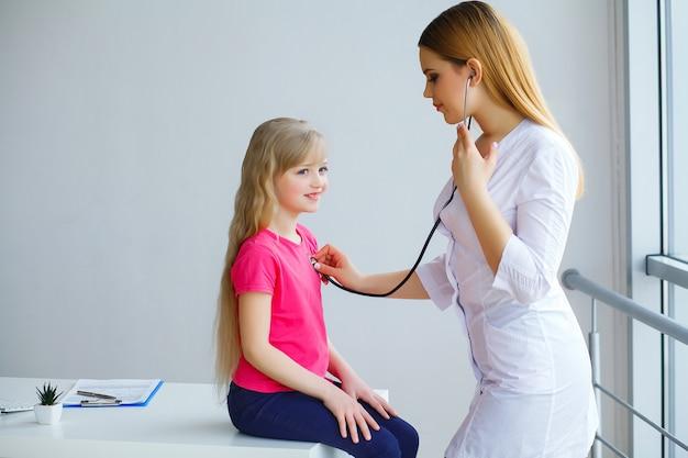 Bonito, doutor, examinando, menininha, com, estetoscópio