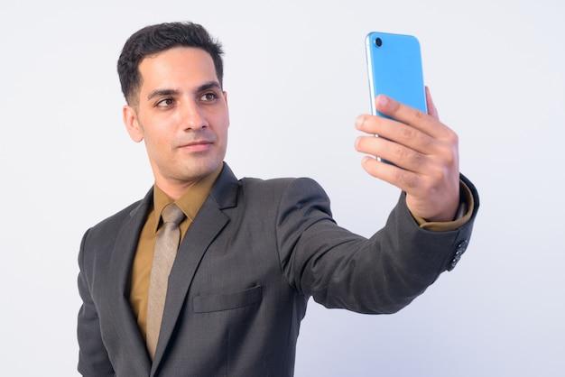 Bonito empresário persa de terno isolado