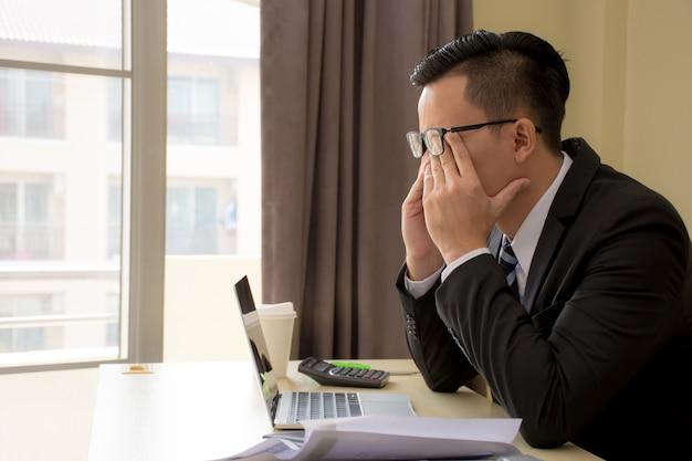 Bonito, estressado, jovem, asiático, homem negócios, em, óculos, com, laptop, em, escritório