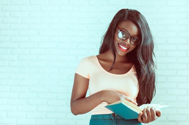 Bonito, femininas, americano africano, estudante universitário, retrato