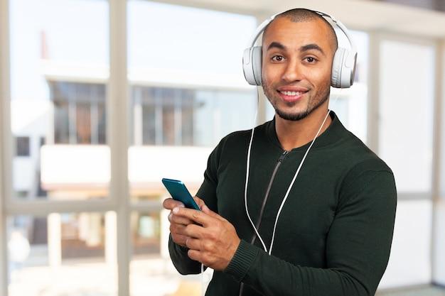 Bonito homem afro-americano está ouvindo música