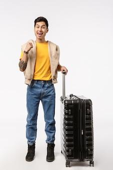 Bonito homem asiático em camiseta amarela pronta para uma viagem