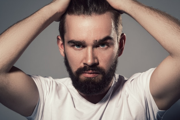 Bonito homem com barba