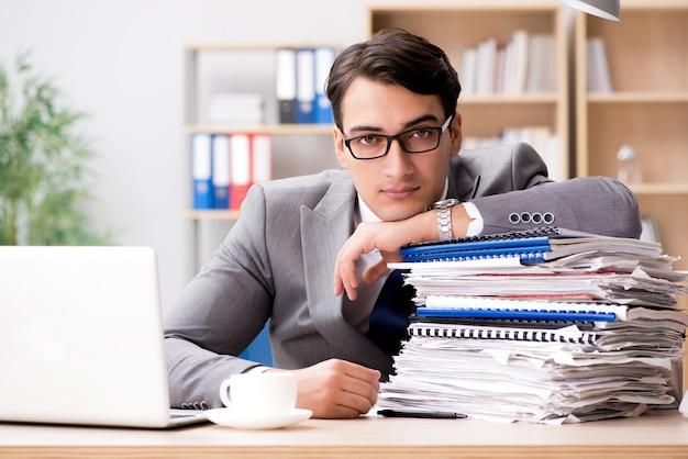Bonito homem de negócios trabalhando no escritório
