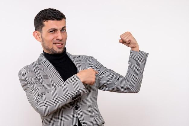 Bonito homem de terno, vista frontal, mostrando o músculo do braço em pé sobre um fundo branco