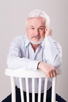 Bonito homem idoso com barba grisalha