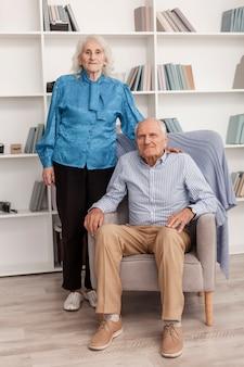 Bonito homem idoso e mulher posando juntos