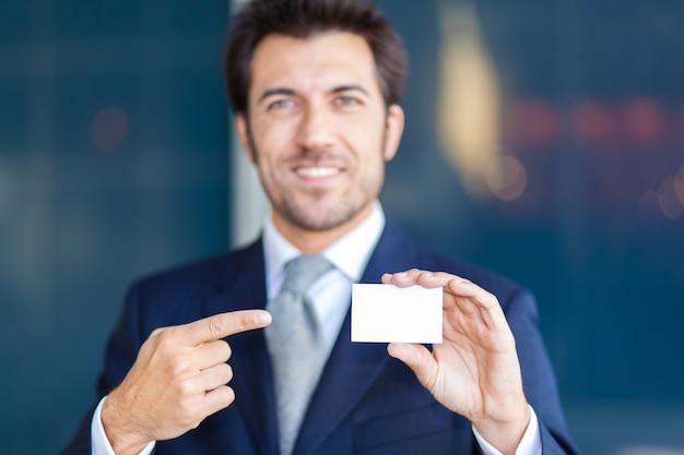 Bonito, homem negócios, mostrando, um, cartão cumprimento