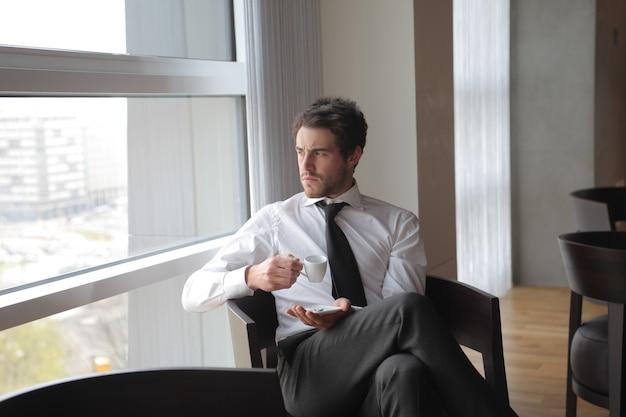Bonito, homem negócios, tendo um café