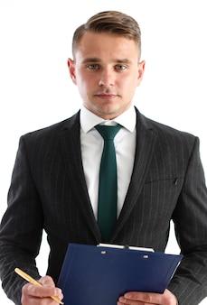 Bonito homem sorridente de terno e gravata segura na área de transferência de mãos