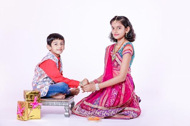 Bonito irmão indiano e irmã comemorando o festival raksha bandhan,