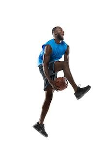 Bonito jogador de basquete masculino em movimento e ação isolado na parede branca