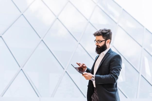 Bonito, jovem, homem negócios, usando, tablete digital, ao ar livre