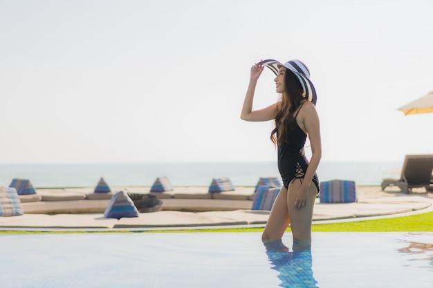 Bonito, jovem, mulher asian, feliz, sorrizo, e, relaxe, em, piscina