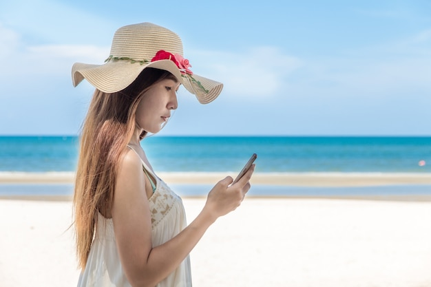 Bonito, jovem, mulher asian, usando, um, telefone móvel retrato, em, praia, smartphone, selfie
