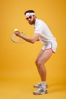 Bonito jovem tenista usando óculos
