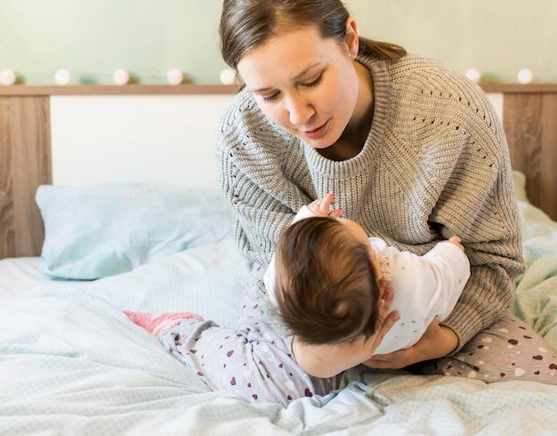 Bonito, mãe segura bebê, em, braços