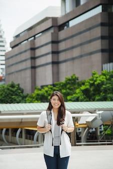 Bonito, mulher asian, segurando, laptop