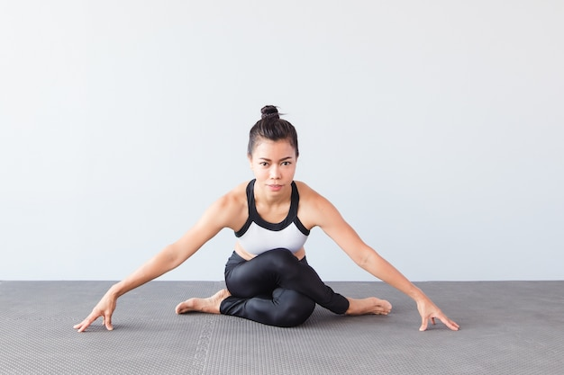 Bonito, mulher jovem, desgastar, sportswear, prática, ioga, em, estúdio